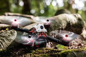 Eachine-Wizard-mod-White-Wizard-kort-door-de-bocht